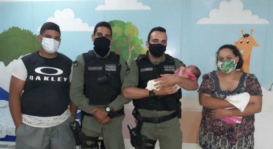 Os policiais ajudaram a família em Caruaru, Agreste de Pernambuco