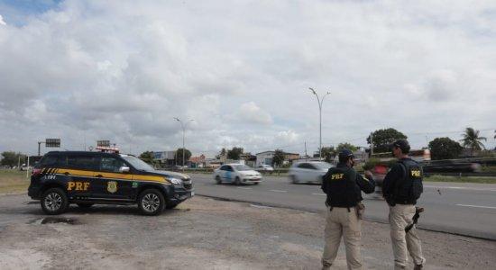 PRF fiscaliza rodovias e orienta motoristas para feriadão de Ano Novo