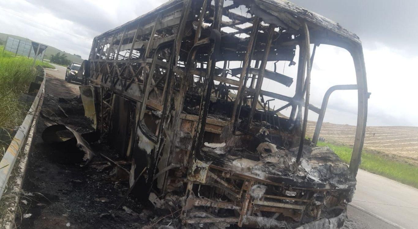 Uma das rodas traseiras teria pegado fogo incendiando o restante do veículo