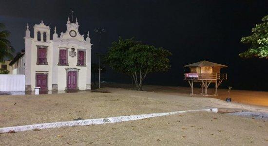 Em Jaboatão dos Guararapes, a praia de Piedade ficou vazia