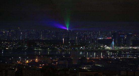 Confira como foi a virada do ano no Grande Recife, com restrições e show de luzes
