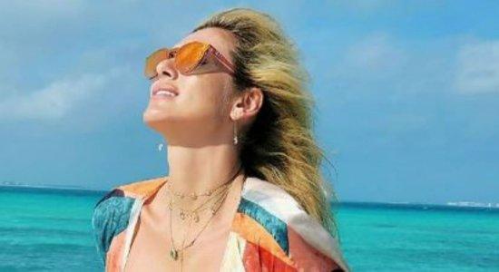 Lívia Andrade exibe corpão em passeio de barco e agita a web