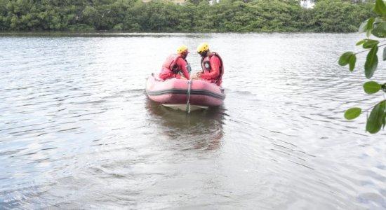 Bombeiros fazem buscas por mulher que teria sido jogada no Rio Teijipió, no Recife