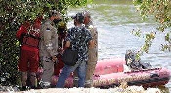 Durante as buscas, dois botes com equipes do Corpo de Bombeiros percorreram o rio e um helicóptero da SDS sobrevoou o local