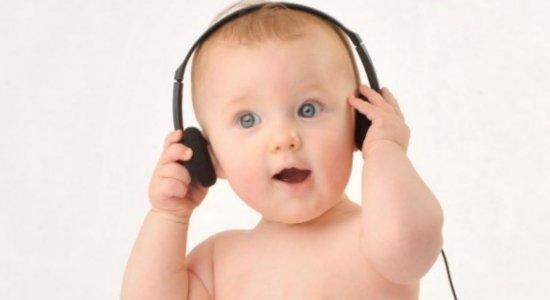 Estudo aponta que fone de ouvido pode prejudicar audição das crianças