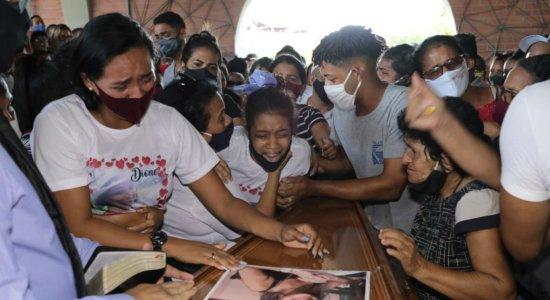 Dor e muito sofrimento marcam enterro de manicure que teria sido vítima de feminicídio