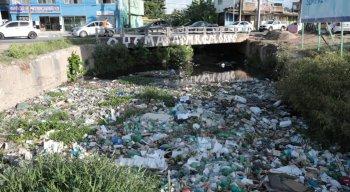 Na ponte sobre o canal, a situação também é preocupante. Há uma grande quantidade de lixo, entulho e resto de comida