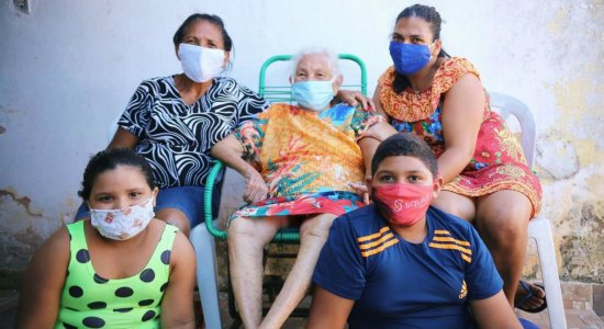 A idosa comemora a recuperação na casa de uma das filhas em Alagoas