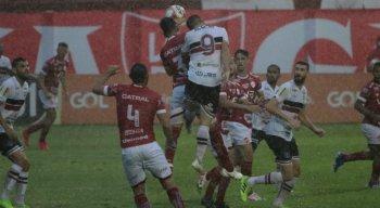 Com dois gols de fora da área, Vila Nova vence o Santa Cruz por 2x0