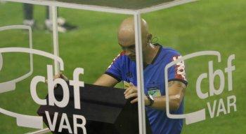O árbitro Dyorgines Jose Padovani de Andrade anulou um pênalti a favor do Sport com o auxílio do VAR