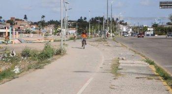 No local, não há sinalização, nem iluminação e os ciclistas que circulam por lá correm risco permanentemente