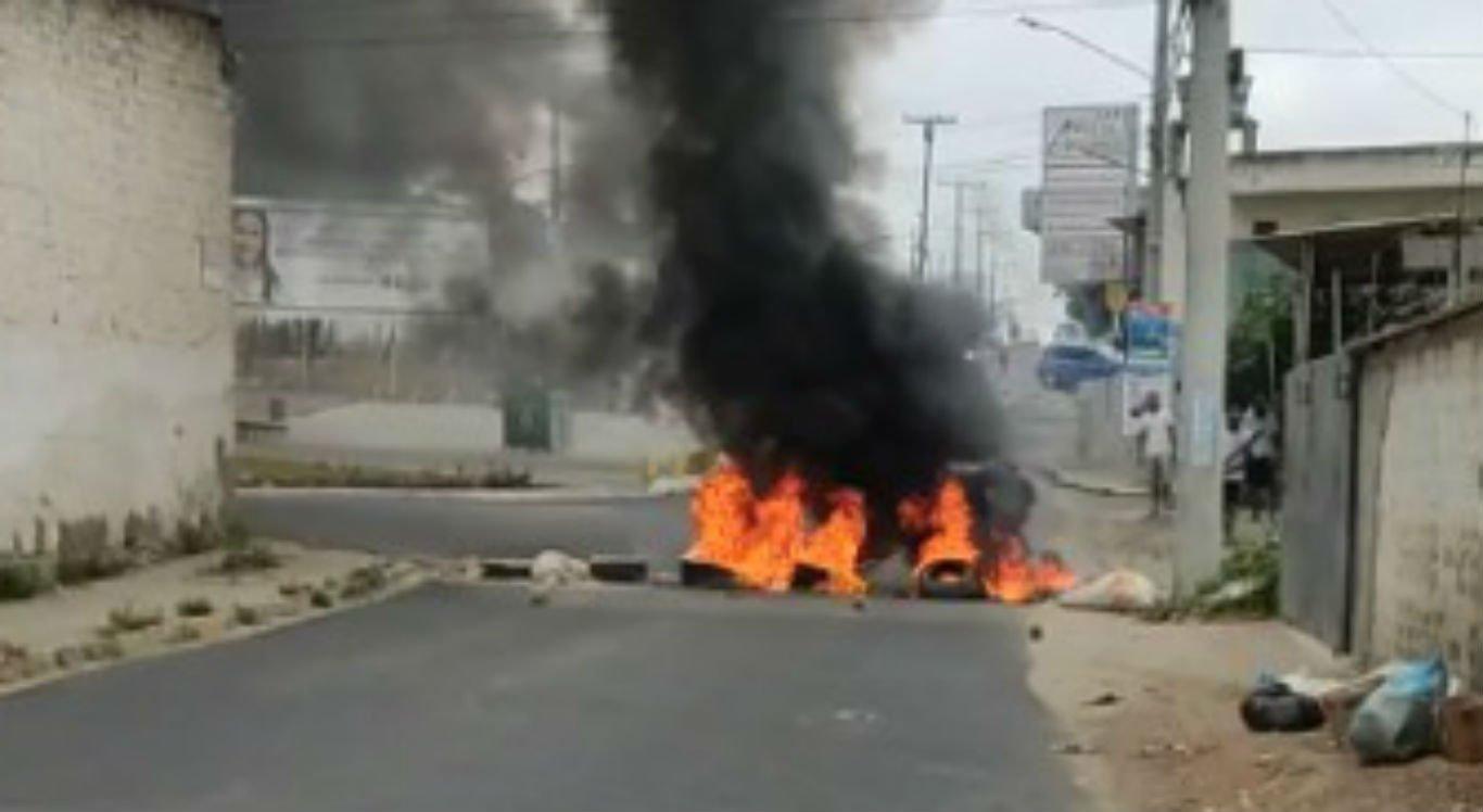 O protesto foi realizado na Via Parque, no bairro João Mota