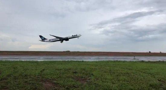 Avião que vai buscar vacinas contra a covid-19 na Índia decola em direção ao Recife; veja imagens