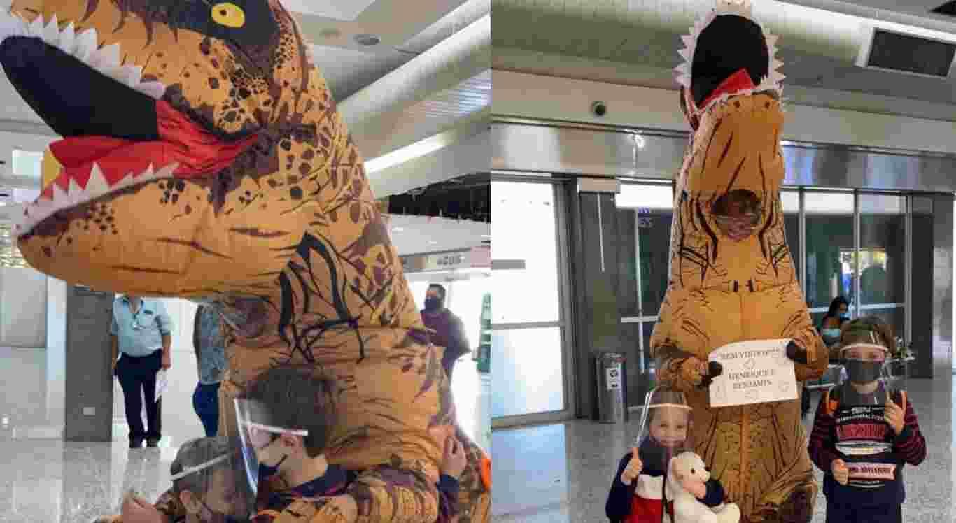 A mulher recebeu as crianças vestida de dinossauro