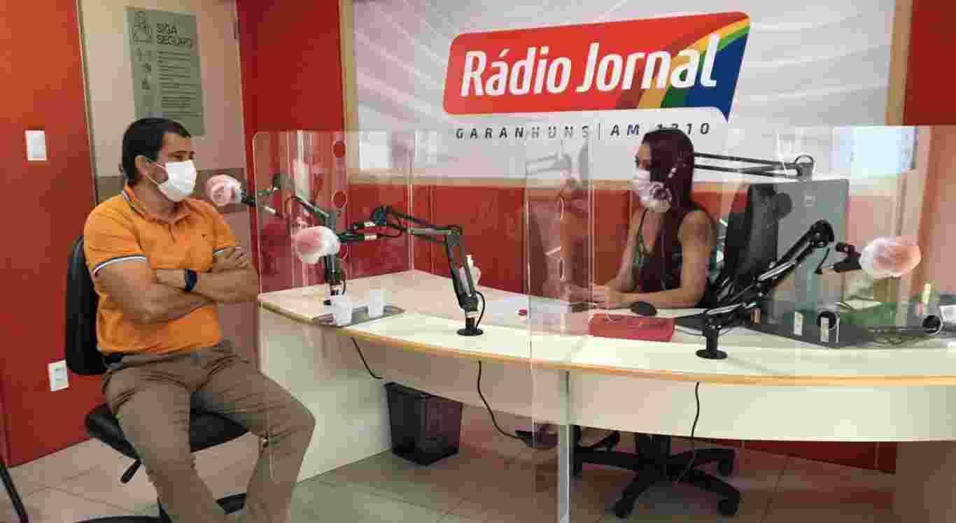 Samara Pontes entrevistou o cardiologista Célio Cabral no programa Consultório, na Rádio Jornal Garanhuns