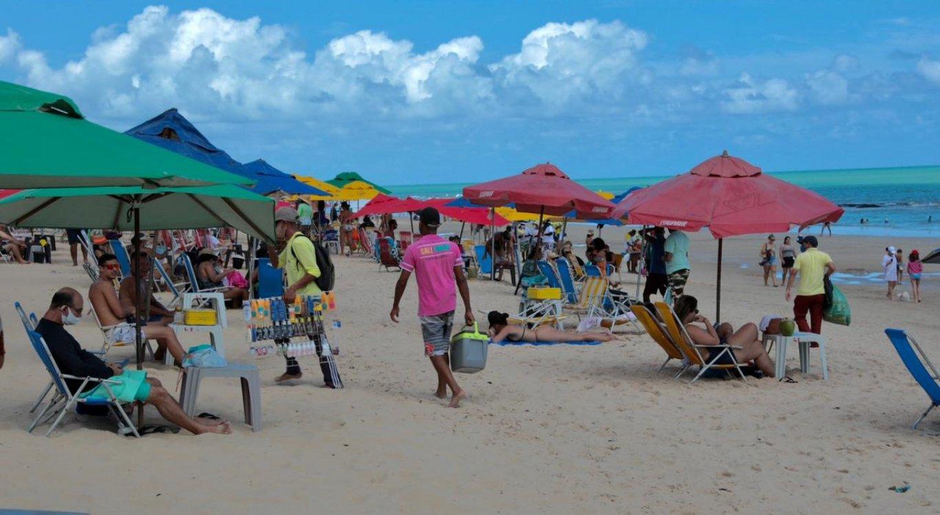 Maioria dos banhistas respeitou uso da máscara na praia de Boa Viagem, na Zona Sul do Recife