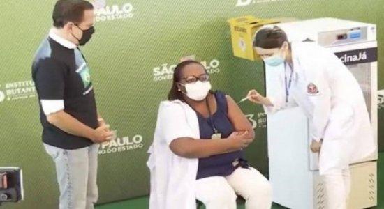 Covid-19: Enfermeira é 1ª brasileira a ser vacinada, em São Paulo