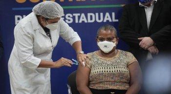 Perpétua dos Santos, técnica de enfermagem, foi a primeira a ser vacina contra a covid-19 em Pernambuco
