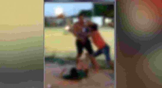 As imagens mostram a mulher sendo agredida