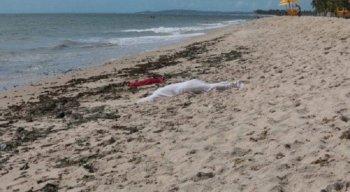 O corpo da mulher estava boiando no mar.
