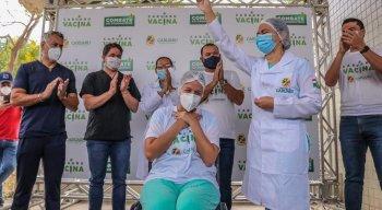 A primeira pessoa vacinada na Capital do Agreste foi a técnica de enfermagem, Manuella Auxiliadora Vasconcelos, de 34 anos.