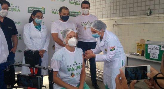 Técnica de enfermagem é a primeira a receber vacina em Caruaru