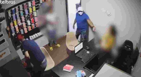 As câmeras de segurança flagraram a ação dos suspeitos