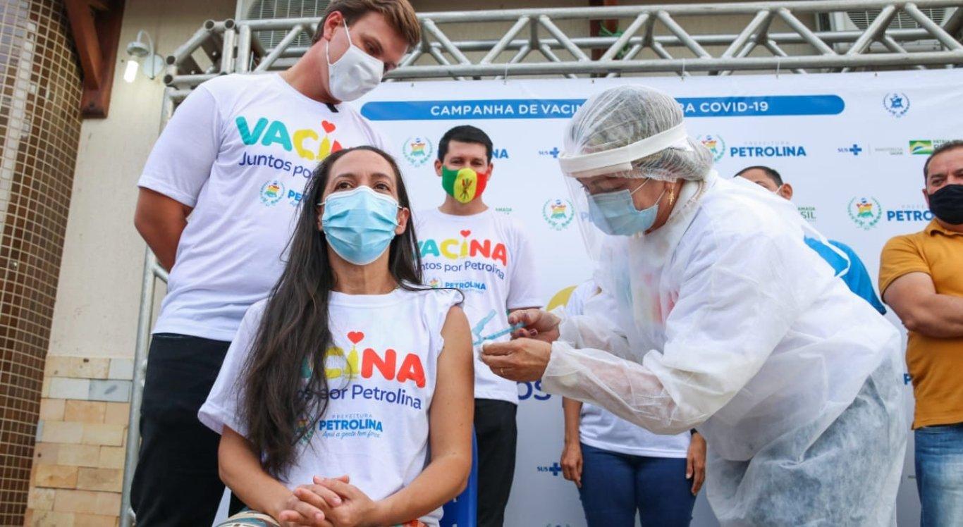 Técnica de enfermagem é a primeira a receber vacina contra covid-19 em Petrolina