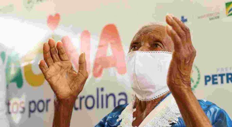 A idosa foi a primeira vacinada em abrigos de Petrolina