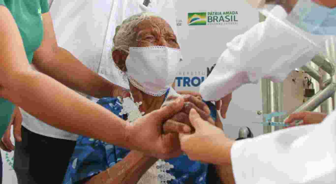 Elvira de Jesus, de 104 anos, foi a primeira vacinada em abrigos de Petrolina
