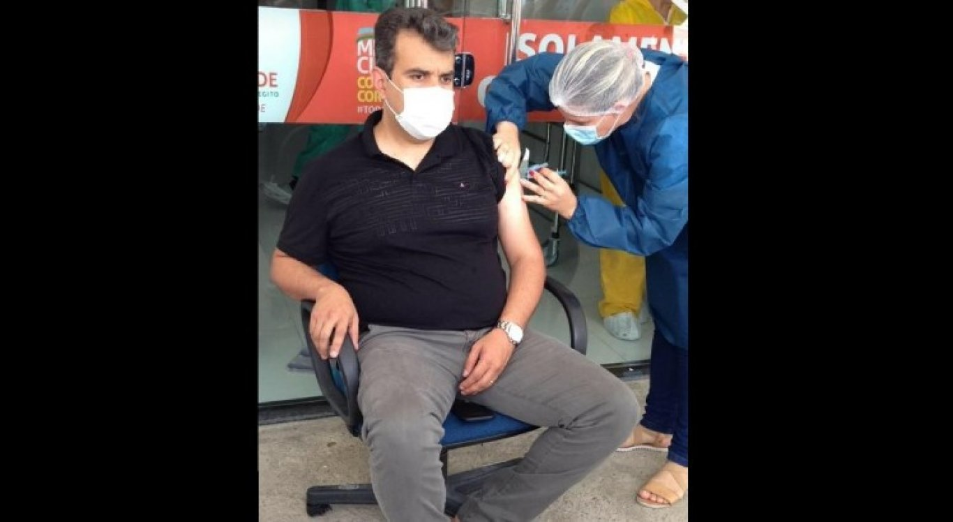Secretário Paulo Jucá foi fotografado recebendo indevidamente vacina contra Covid-19