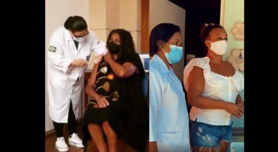 Zezé Motta e Solange Couto são vacinadas contra Covid-19 no Rio