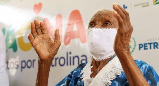 Idosa de 104 anos recebe vacina contra a covid-19 em Petrolina