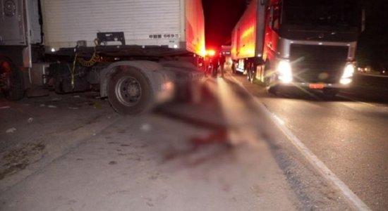 Menino de 7 anos morre e mãe fica ferida após serem atingidos por carreta na BR-101