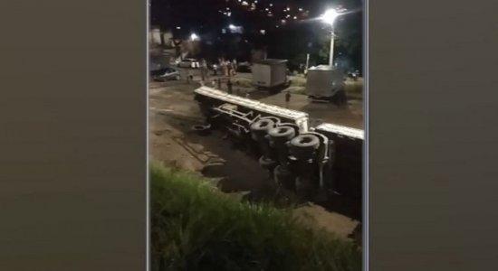 Tentativa de assalto na BR-101: Antes de carreta tombar, outro suspeito foi atropelado e morto