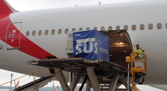 Avião com 2 milhões de doses da vacina contra covid-19 chega ao Brasil