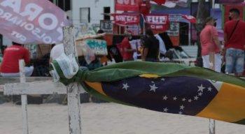 Cruzes são fincadas na areia da praia de Boa Viagem durante carreata pró-impeachment de Bolsonaro