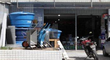 Em um armazém no bairro da Linha do Tiro, na Zona Norte do Recife, a procura pela caixa d'água aumentou 20% desde a semana passada.