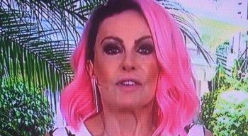 Ana Maria Braga aparece de cabelo rosa na TV
