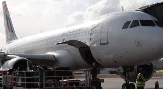 Avião com segundo lote da CoronaVac pousa no Aeroporto do Recife