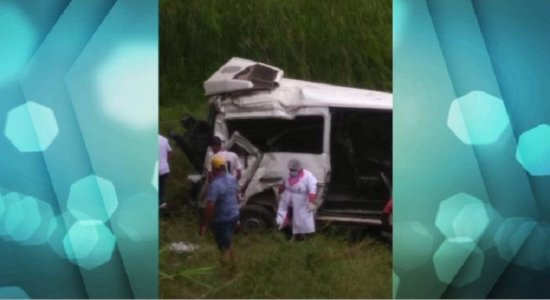 Três mulheres morrem em acidente entre carro e van na Zona da Mata