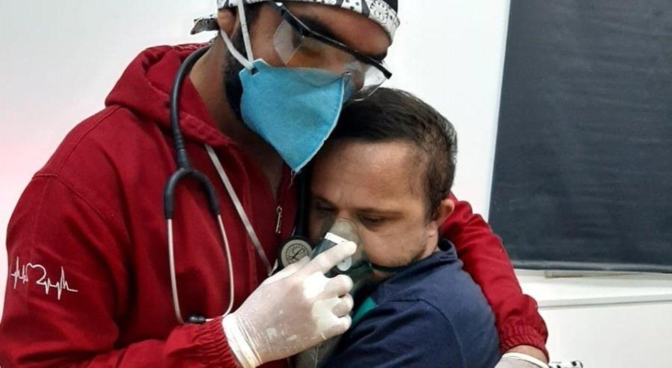 Enfermeiro Raimundo Nogueira Matos abraça o paciente Émerson Júnior