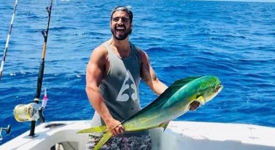 Caio Castro é criticado após postar foto com peixe durante viagem a Fernando de Noronha