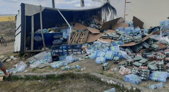 Caminhão roubado tomba e atinge casa de eventos durante perseguição policial em Limoeiro
