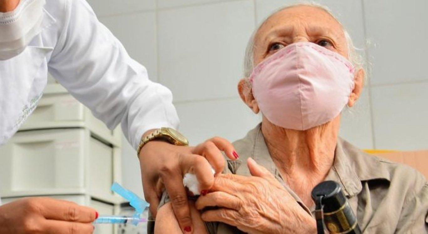 Maria dos Prazeres Lima, de 88 anos, moradora de Camaragibe há 40 anos, foi a primeira idosa vacinada