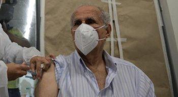 Aposentado de 88 anos foi o primeiro a receber vacina no Geraldão