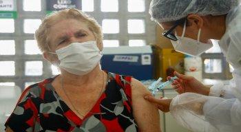 No Geraldo, houve atraso no atendimento e o primeiro idoso que estava marcado para as 7h30 só foi vacinado às 8h