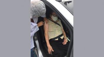 Dona Severina de Oliveira, de 98 anos, relatou alívio ao ser vacinada e ficar protegida da covid-19