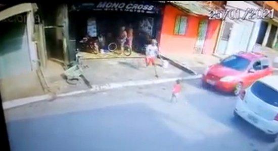 Vídeo: homem se joga em frente de carro para salvar criança de atropelamento
