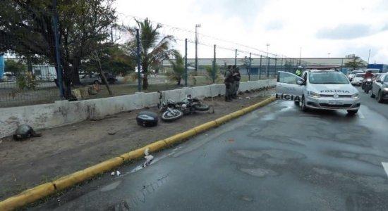 Chuva: Viatura da Polícia Militar derrapa e atinge moto no Recife Antigo